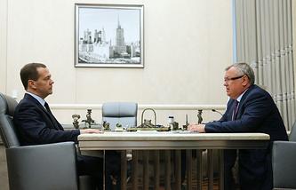 Премьер-министр РФ Дмитрий Медведев и президент ВТБ Андрей Костин (слева направо) во время встречи в Доме правительства РФ