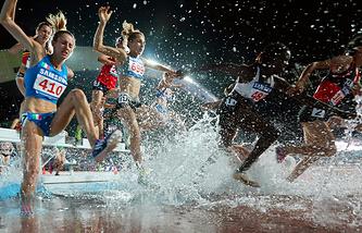 Легкоатлеты во время бега с препятствиями на 3000 метров среди женщин на летней Универсиаде