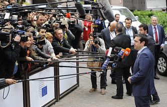 Премьер-министр Греции Алексис Ципрас (справа)