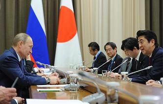 Президент России Владимир Путин и премьер-министр Японии Синдзо Абэ, 2014 год