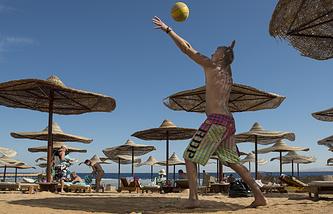 Отдыхающие на одном из пляжей Шарм-эль-Шейха, Египет