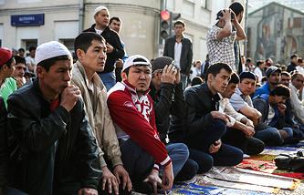 Мусульмане во время торжественного намаза по случаю праздника Ураза-байрам у Соборной мечети