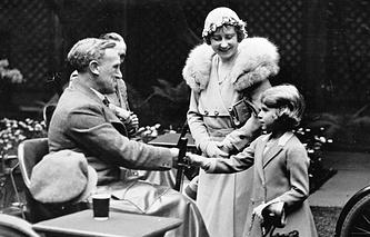Принцесса Елизавета с матерью герцогиней Йоркской на выставке работ инвалидов войны в Лондоне, 1933 год