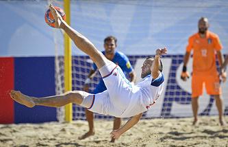 Эпизод из матча между сборными России и Италии по пляжному футболу