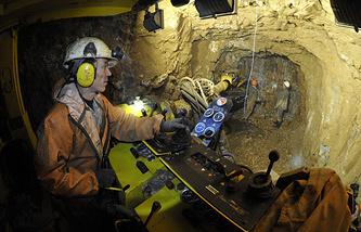 Рабочий в штольне на территории золоторудного месторождения