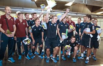 Игроки юношеской сборной России по футболу во время встречи в аэропорту