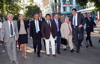 Глава французской делегации Тьерри Мариани (третий слева) в Симферополе