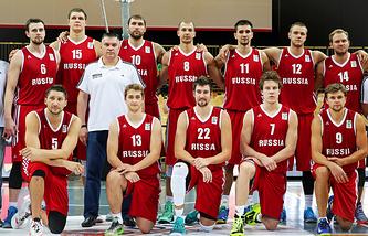 Баскетболисты сборной России и главный тренер команды Евгений Пашутин