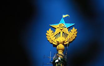 Архив. Звезда, раскрашенная в цвета флага Украины и флаг Украины, вывешенный на жилом доме на Котельнической набережной