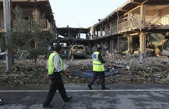 Сотрудники афганских спецслужб на месте взрыва в Кабуле