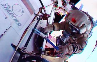 Космонавт Михаил Корниенко во время работы в открытом космосе