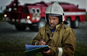 Сотрудник Службы поискового и аварийно-спасательного обеспечения полетов (СПАСОП) во время плановых аварийно-спасательных учений