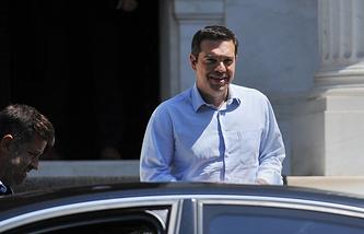 Греческий премьер-министр Алексис Ципрас покидает свой офис в Афинах
