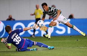 Теофило Гутьеррес отправляет мяч в ворота Игоря Акинфеева