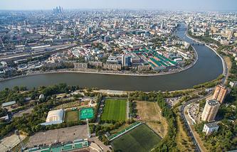 Вид на стадион имени Эдуарда Стрельцова на Восточной улице и Москву-реку