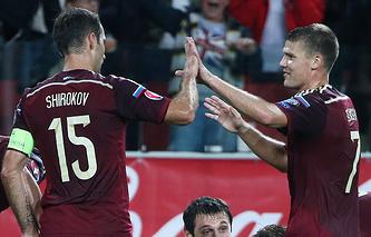 Футболисты сборной России Роман Широков (слева) и Игорь Денисов
