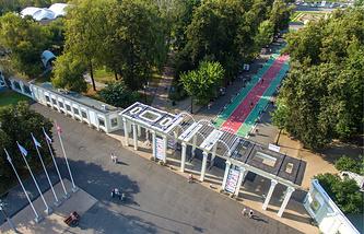 """Вид на центральный вход в парк """"Сокольники"""""""