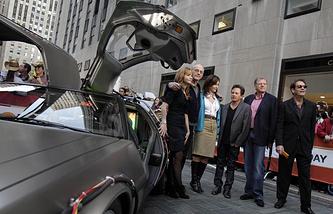 """Актеры из """"Назад в будущее"""" возле автомобиля DeLorean, """"исполнившего"""" в фильме роль машины времени"""