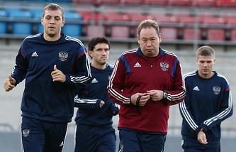 Леонид Слуцкий во время тренировки сборной России