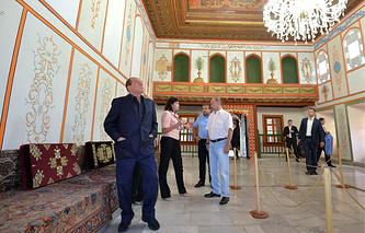 Бывший премьер-министр Италии Сильвио Берлускони (слева) и президент РФ Владимир Путин (в центре) во время посещения Ханского дворца в Бахчисарае