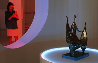 """Посетительница на открытии выставки """"Скульптуры, которых мы не видим"""" в ЦВЗ """"Манеж"""""""