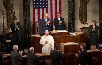 Папа римский Франциск (в центре) во время выступления в Конгрессе