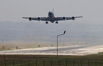 Грузовой самолет турецких ВВС взлетает с военной базы Инджирлик