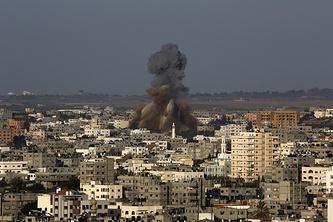 Дым после попадание израильской ракеты в здание в секторе Газа