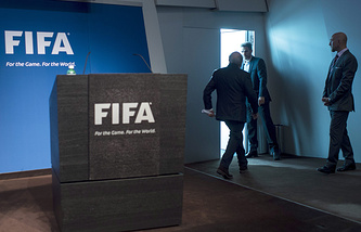 Йозеф Блаттер после пресс-конференции, посвященной его уходу с поста президента ФИФА. Архив