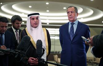 Глава МИД Саудовской Аравии Адель аль-Джубейр и министр иностранных дел РФ Сергей Лавров (слева направо на первом плане) во время брифинга по итогам российско-саудовских переговоров