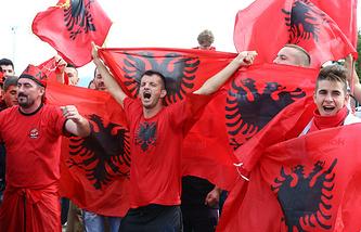 Болельщики сборной Албании по футболу в Тиране, 12 октября 2015 года
