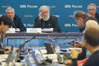 Заместитель председателя ЦИК РФ Леонид Ивлев и председатель Центральной избирательной комиссии РФ Владимир Чуров (слева направо)