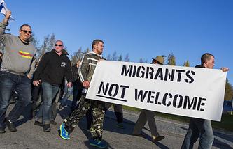 Протестующие на анти-миграционном митинге на границе города Торнио между Швецией и Финляндией