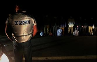 Архив. Офицер ОБСЕ и пленные солдаты украинской армии перед началом обмена