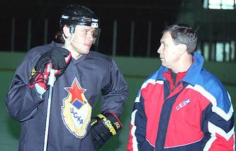 Павел Буре и тренер ЦСКА Игорь Тузик (1998 год)