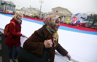 Участники праздничного шествия в честь Дня народного единства на Театральном проезде