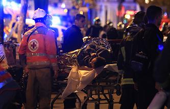 Эвакуация пострадавших в результате теракта в концертном зале Bataclan