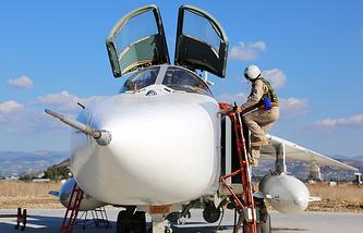 Пилот российского фронтового бомбардировщика Су-24М на аэродроме Хмеймим перед вылетом на боевое задание