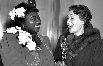 """Хэтти Макдэниел (слева) во время вручения премии """"Оскар"""", 1940 год"""