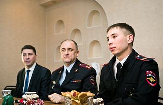 Полицейский Данила Максудов (справа) в своей новой трехкомнатной квартире в Медногорске