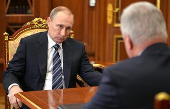 Президент РФ Владимир Путин и председатель Федерации независимых профсоюзов России Михаил Шмаков