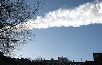 След от падения метеорита в небе