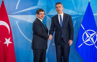 Премьер-министр Турции Ахмет Давутоглу и генсек НАТО Йенс Столтенберг