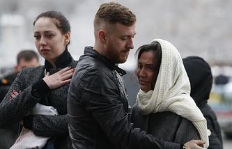 Жители города у аэропорта, где при посадке разбился пассажирский самолет Boeing 737-800 авиакомпании Flydubai, 19 марта