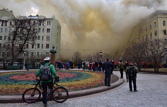 Задымление на месте пожара в здании Министерства обороны России, 3 апреля