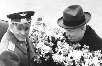 Первый космонавт Юрий Гагарин и Первый секретарь ЦК КПСС Никита Хрущев во время торжественной встречи во Внуковском аэропорту