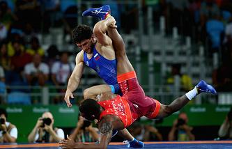 Аниуар Гедуев во время четвертьфинального поединка против Джордана Барроуза