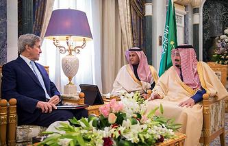 Госсекретарь США Джон Керри (слева) и король Саудовской Аравии Сальман бен Абдель Азиз Аль Сауд (справа)