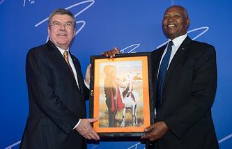 Президент МОК Томас Бах и глава НОК Кении Кипчоге Кейно (слева направо)
