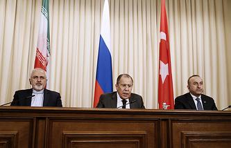 Министр иностранных дел Ирана Мохаммад Джавад Зариф, министр иностранных дел России Сергей Лавров и министр иностранных дел Турции Мевлют Чавушоглу (слева направо)